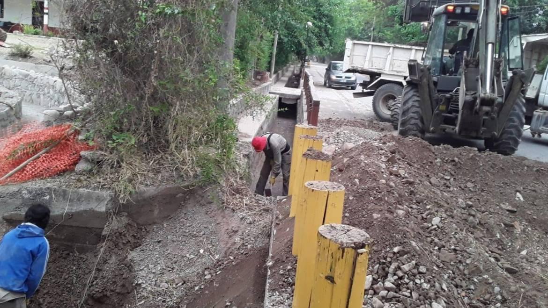 Avanza la limpieza del canal ubicado en calle Belgrano