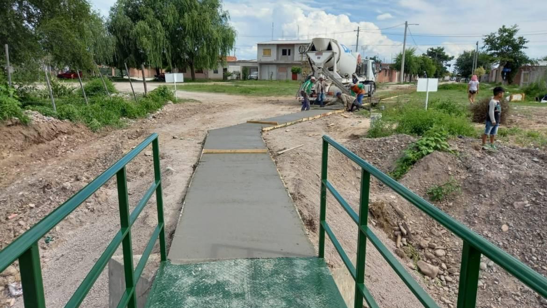 Avanza la construcción de caminería en el puente peatonal para el acceso a la Fundación Anawin