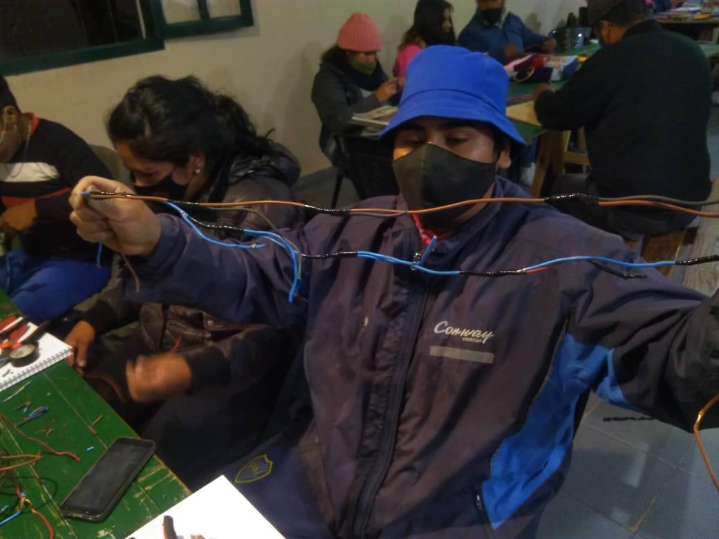Vecinos de La Ciénaga se capacitan en instalaciones eléctricas